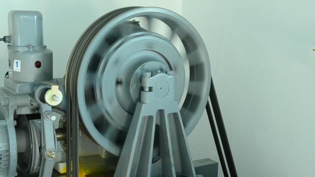 قطعاتی که جهت بالا بردن ایمتی؛ باید در موتورخانه آسانسور نصب شوند: