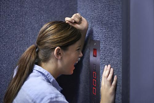 چرا آسانسور گیر میکند؟