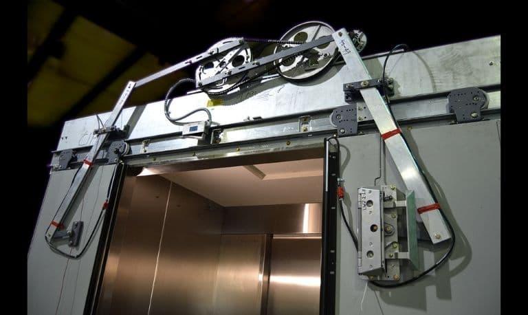 درب تمام اتوماتیک آسانسور چیست و چه تفاوتی با لولایی دارد ؟