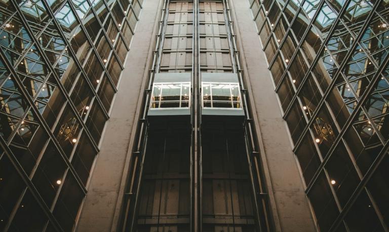 پاراشوت یا ترمز اضطراری آسانسور چیست؟ کارایی، انواع، نحوه کارکرد و نصب